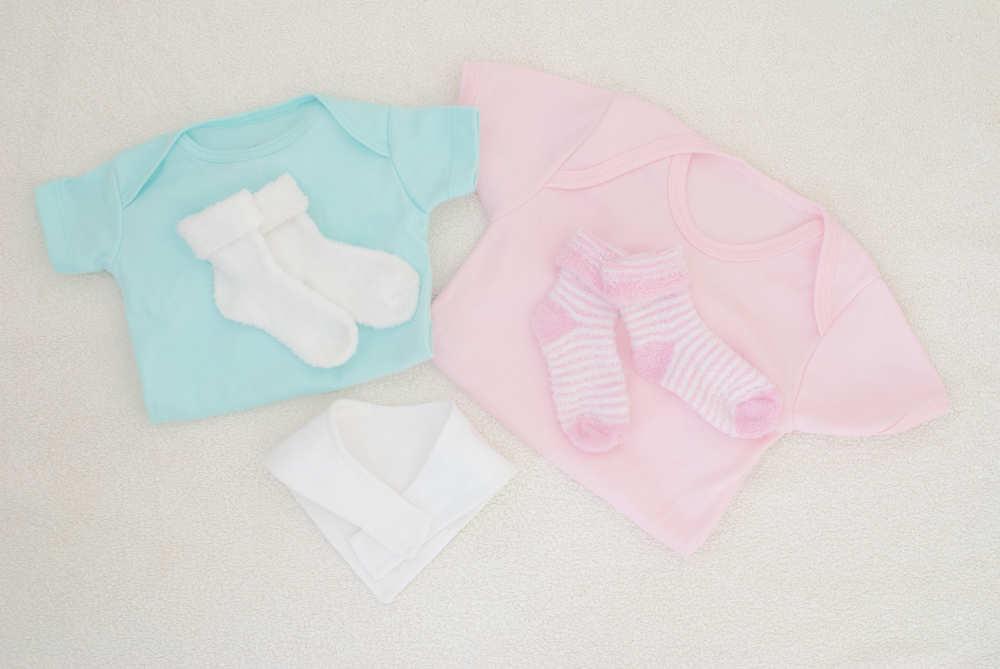 Azul para ropa de niño, rosa para niña