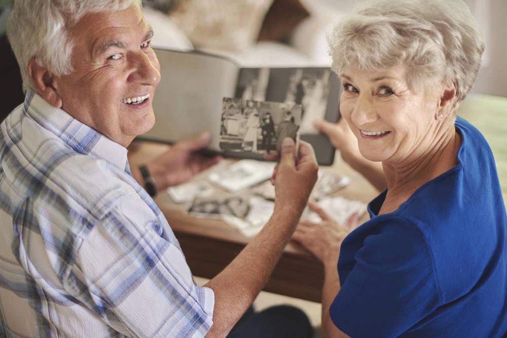 Un centro de mayores expone los recuerdos de sus bodas